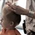 het knippen van een kind bij de kapper